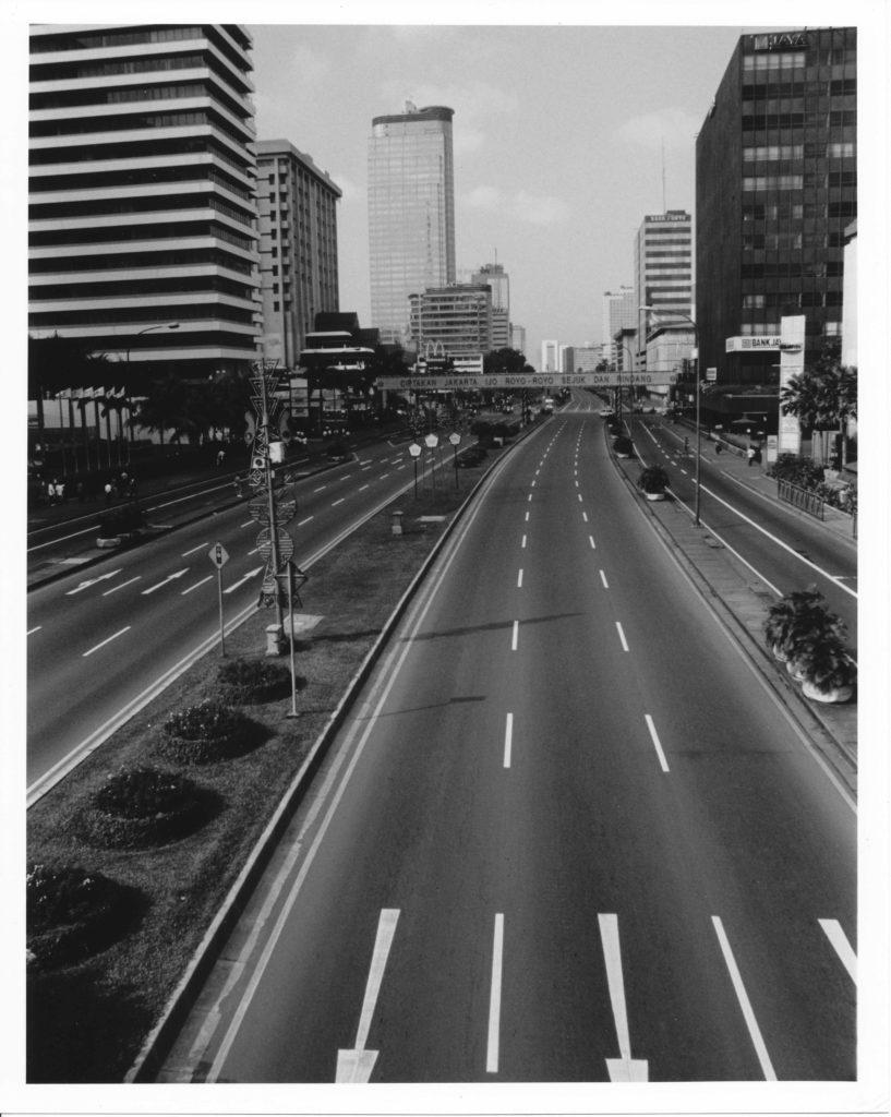インドネシア軍により安全のために道路が封鎖され、一台の車も通っていないジャカルタの目抜き通り